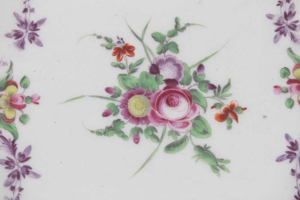 Worcester plate, painted with flowers, 'Sèvres' style blue and gilt border, circa 1772 - Image 2 of 3