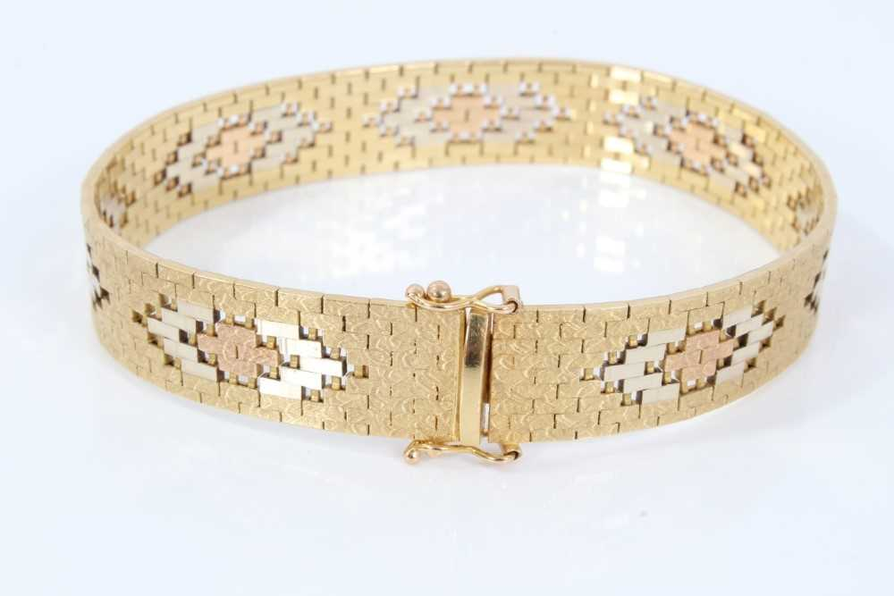 Three-colour 18ct gold bracelet with articulated fancy links - Image 2 of 4