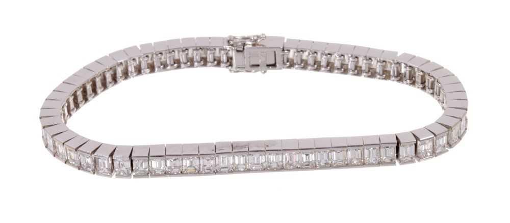 Diamond tennis bracelet with baguette cut diamonds in 18ct white gold setting, estimated total diamo - Image 2 of 4
