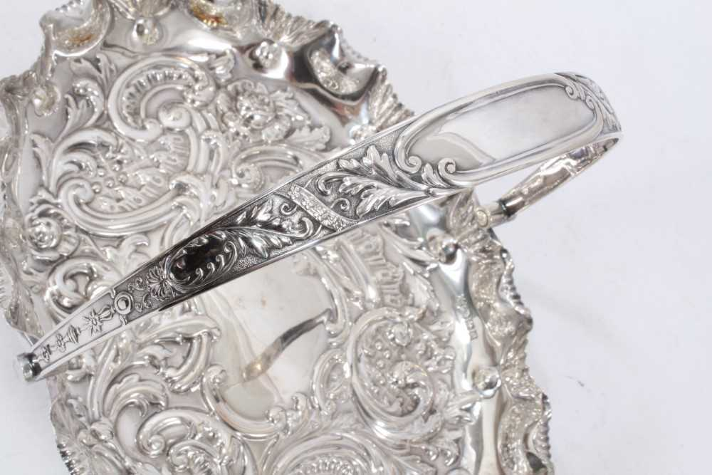 Edwardian silver swing handled dish of oval form, with shaped shell border - Image 5 of 5