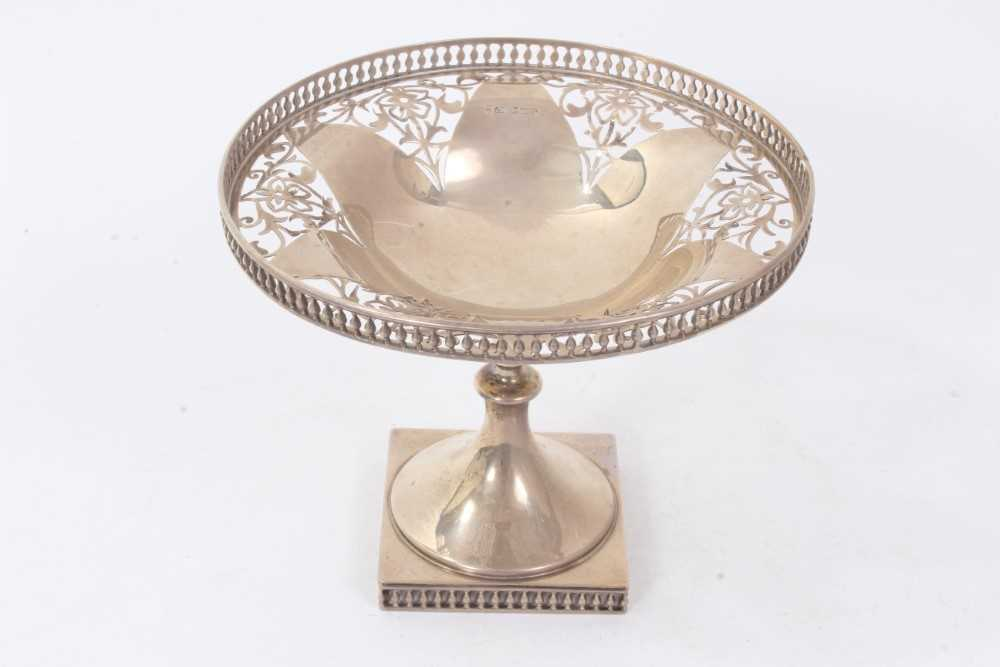 Early George V silver footed dish of circular form, with pierced decoration and gallery,