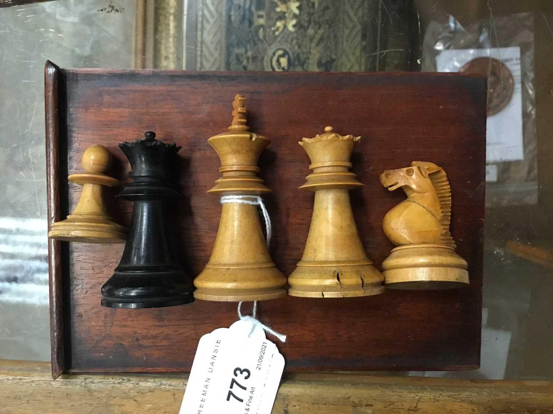 19th century boxwood and ebony chess set in mahogany box - Image 5 of 5