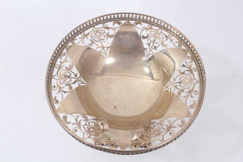 Early George V silver footed dish of circular form, with pierced decoration and gallery, - Image 3 of 4