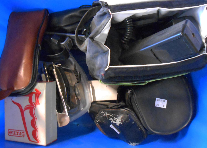 A quantity of photographic items including stereo flash gun set, cameras, etc.