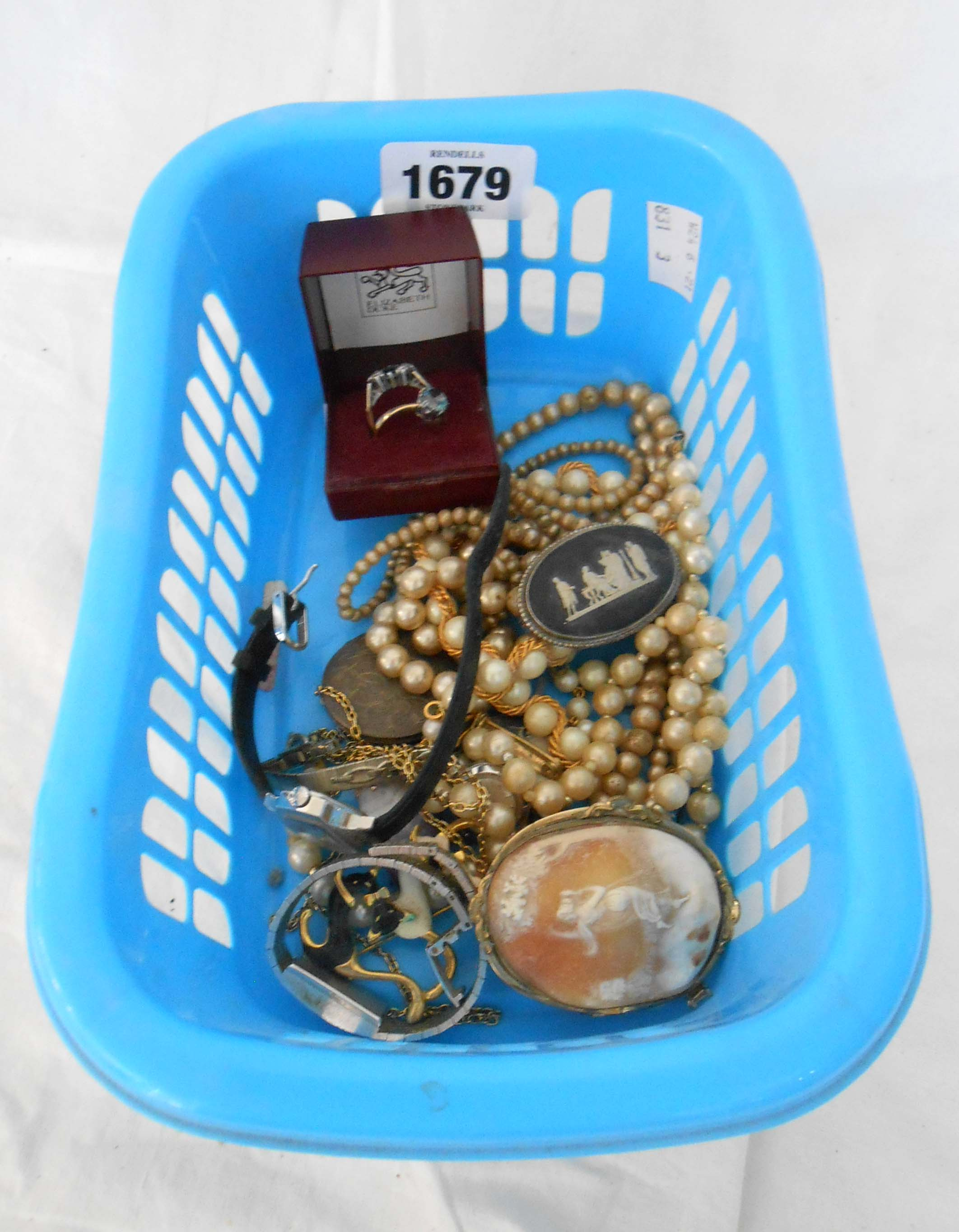 A small quantity of costume and other jewellery including two rings, cameo brooch and