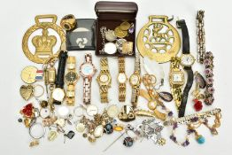 AN ASSORTMENT OF COSTUME JEWELLERY, to include pieces such as white metal amber cabochon pendant,
