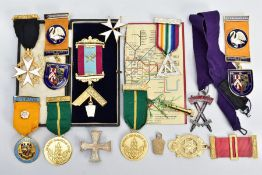 AN ASSORTMENT OF MASONIC RELATED ITEMS, to include a cased breast pin medal on a burgundy and