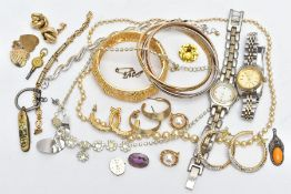 AN ASSORTMENT OF COSTUME JEWELLERY, to include a brass tone sweetheart brooch, a miniature mother of