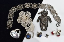 A SMALL QUANTITY OF JEWELLERY, to include a silver textured teddy bear pendant hallmarked