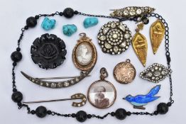 A MISCELLANEOUS COLLECTION OF JEWELLERY ITEMS to include Victorian items of costume jewellery, a