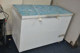 A BOSCH CHEST FREEZER 127cm wide (PAT pass and working at -18 degrees)(lock inoperable and has a