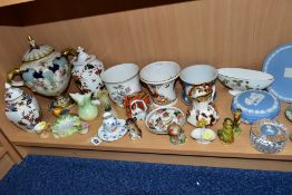A GROUP OF LATE 19TH AND 20TH CENTURY CERAMICS, including modern giftware by Herend, Wedgwood, Royal