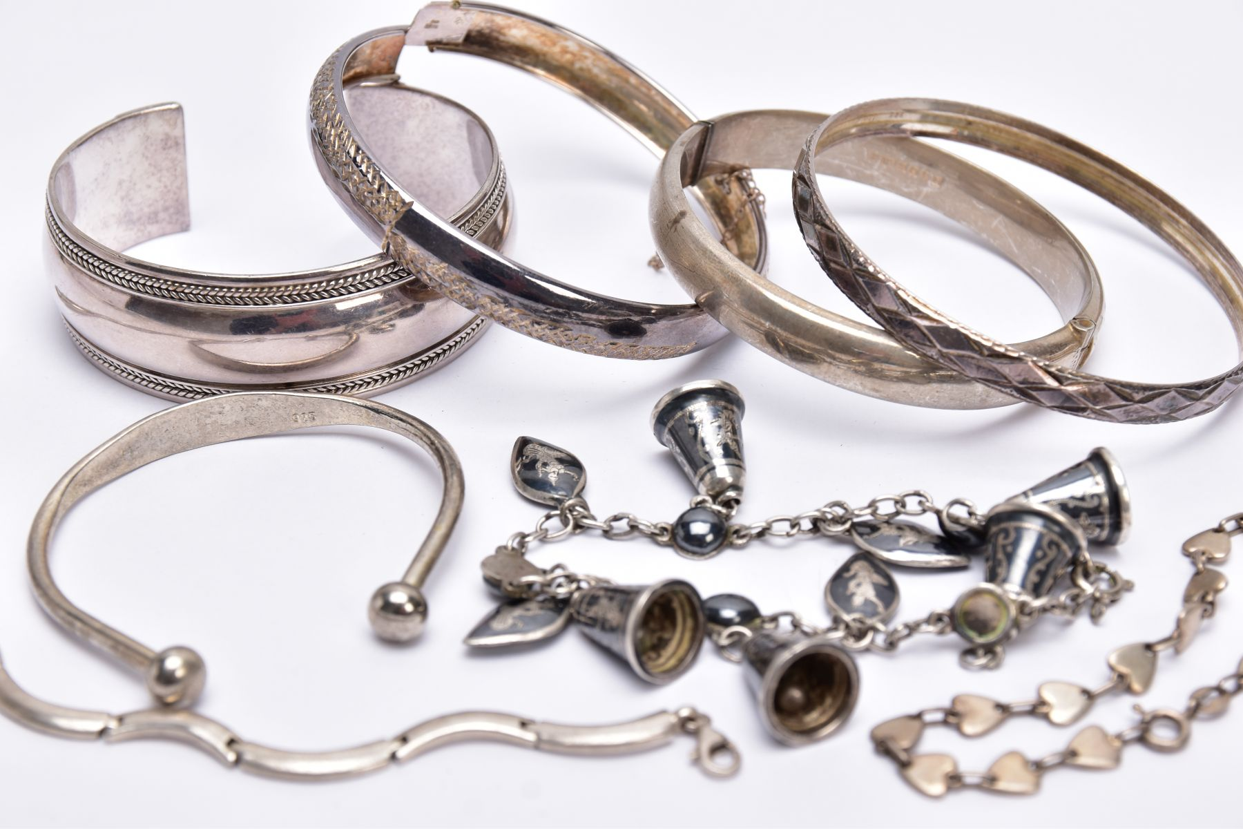 A BAG OF ASSORTED SILVER AND WHITE METAL BRACELETS, to include a silver hinged bangle with a - Image 3 of 3