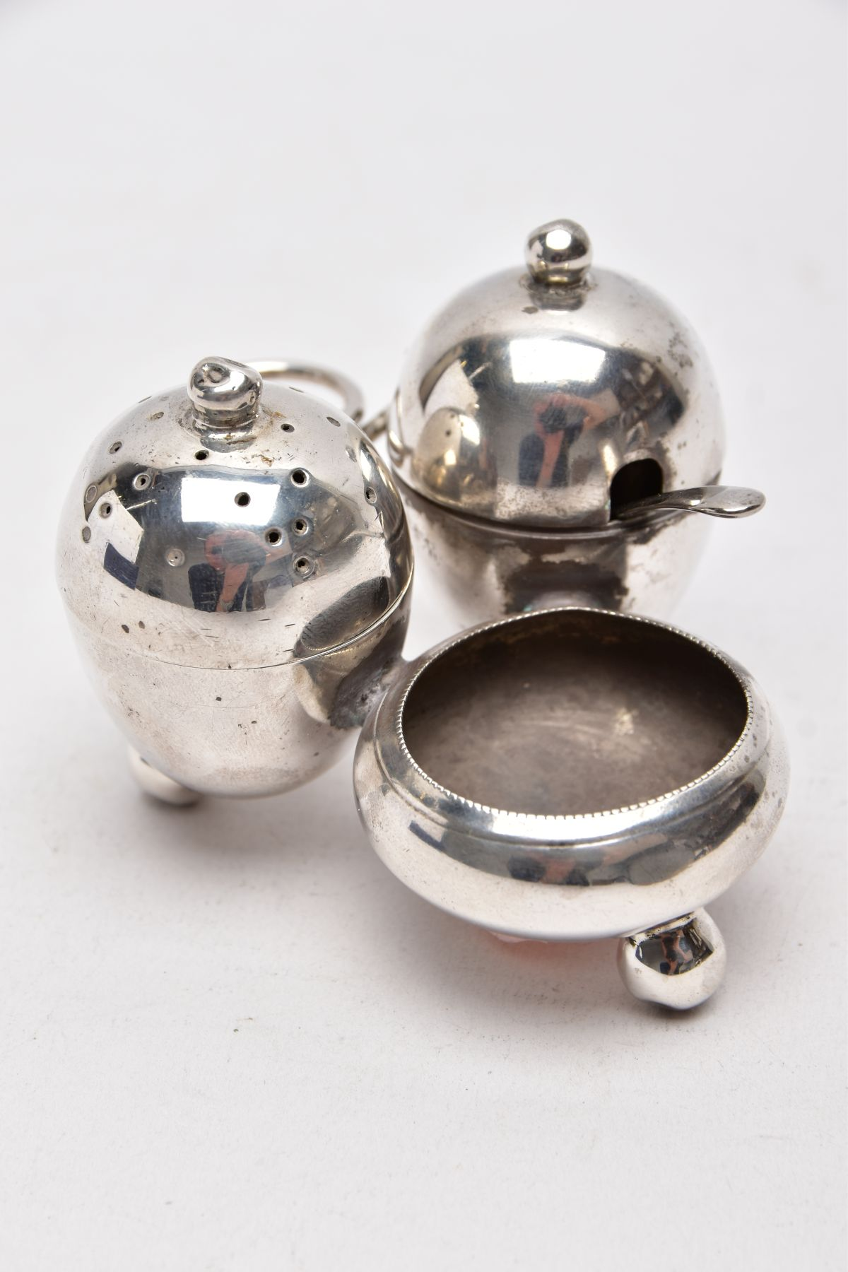 AN EARLY 20TH CENTURY 'MAPPIN & WEBB' CRUET SET, a three piece set with integral strand, - Image 2 of 5