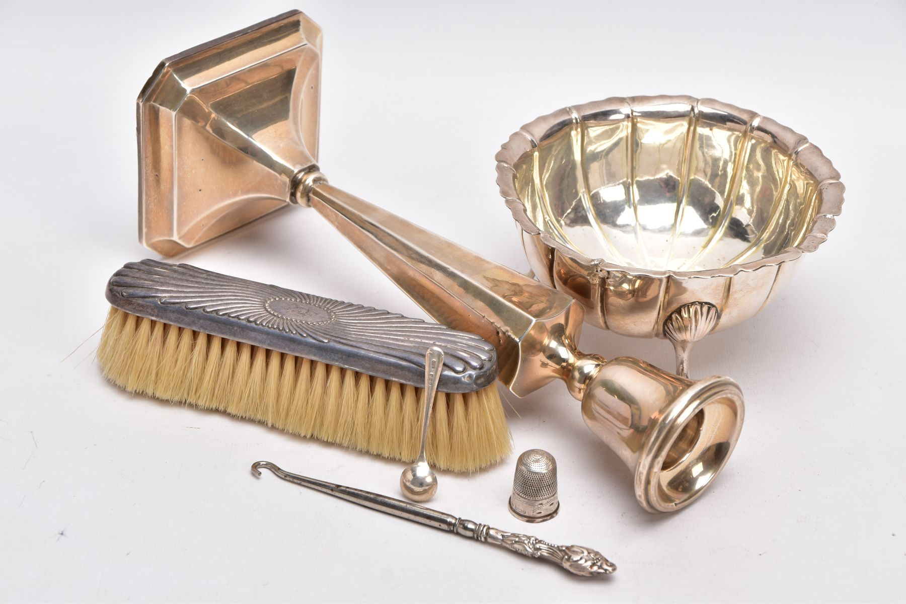 A SELECTION OF SILVER AND WHITE METAL ITEMS, to include a silver, tapered column candlestick on a - Image 4 of 4