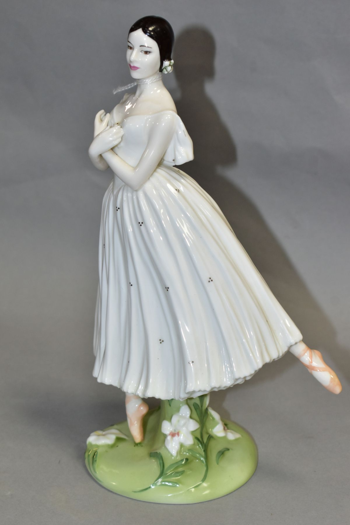A LIMITED EDITION COALPORT FIGURE 'Dame Alicia Markova' from The Royal Academy of Dancing Collection - Image 2 of 4