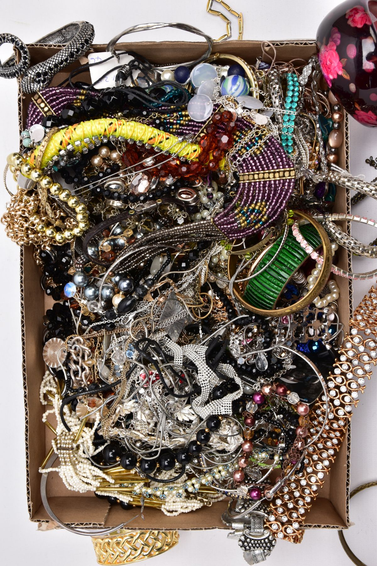 A TRAY OF ASSORTED COSTUME JEWELLERY, to include yellow and white metal necklaces of various - Image 4 of 4