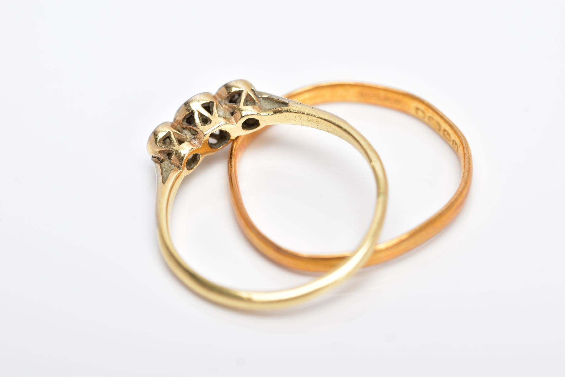 A YELLLOW METAL THREE STONE DIAMOND RING AND A 22CT GOLD BAND, the diamond ring centring on an - Image 3 of 3