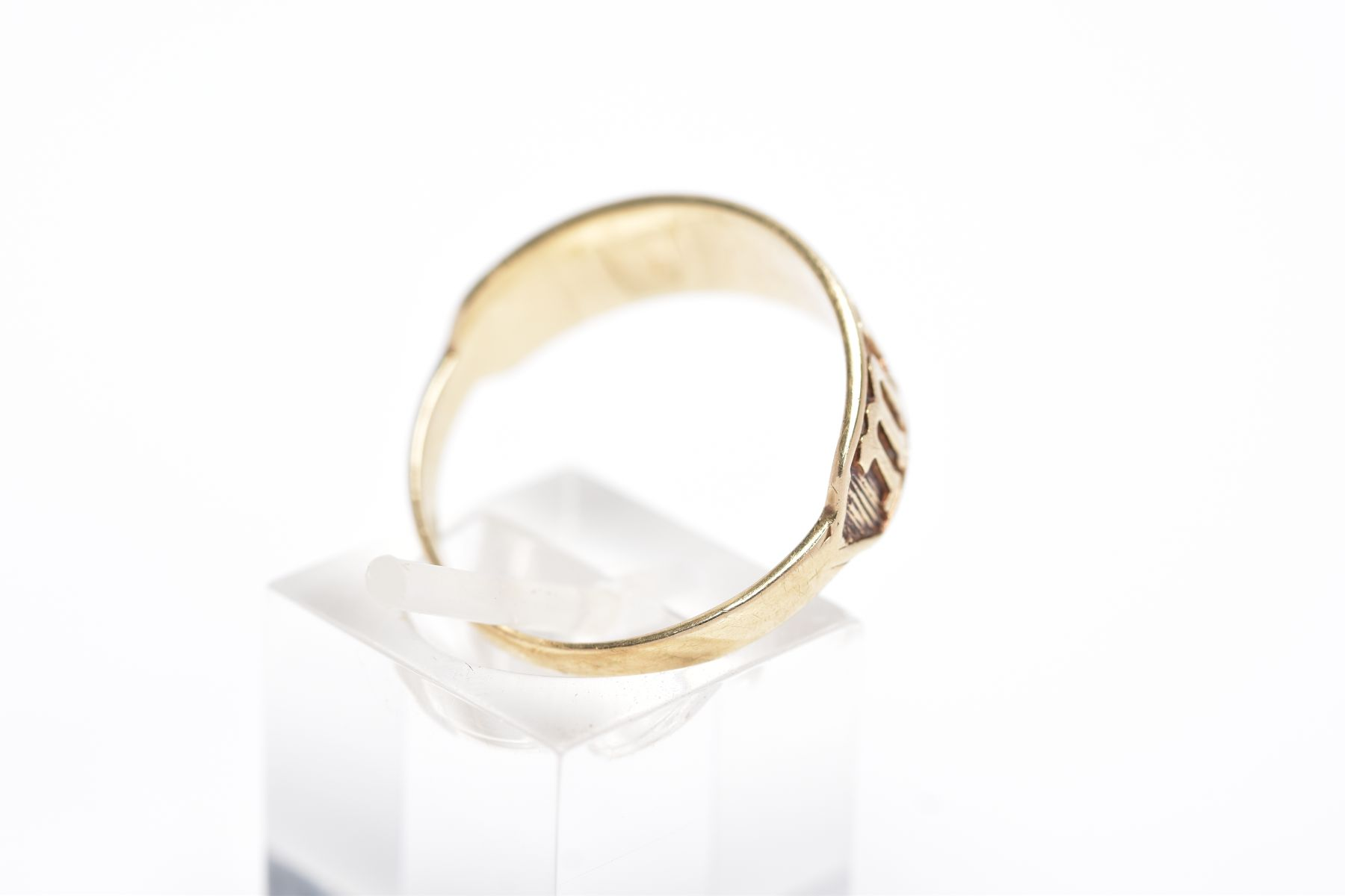 A 9CT GOLD 'MIZPAH' RING, inscribed 'Mizpah' band, with a textured background, hallmarked 9ct gold - Image 3 of 4