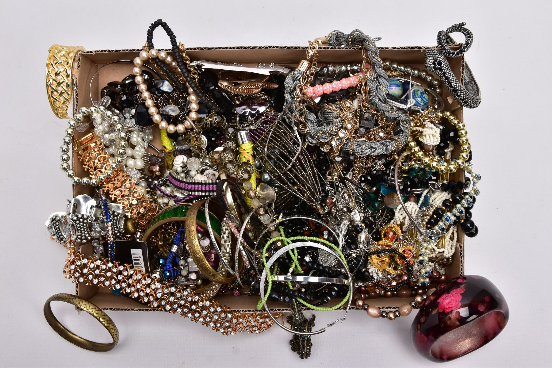 A TRAY OF ASSORTED COSTUME JEWELLERY, to include yellow and white metal necklaces of various