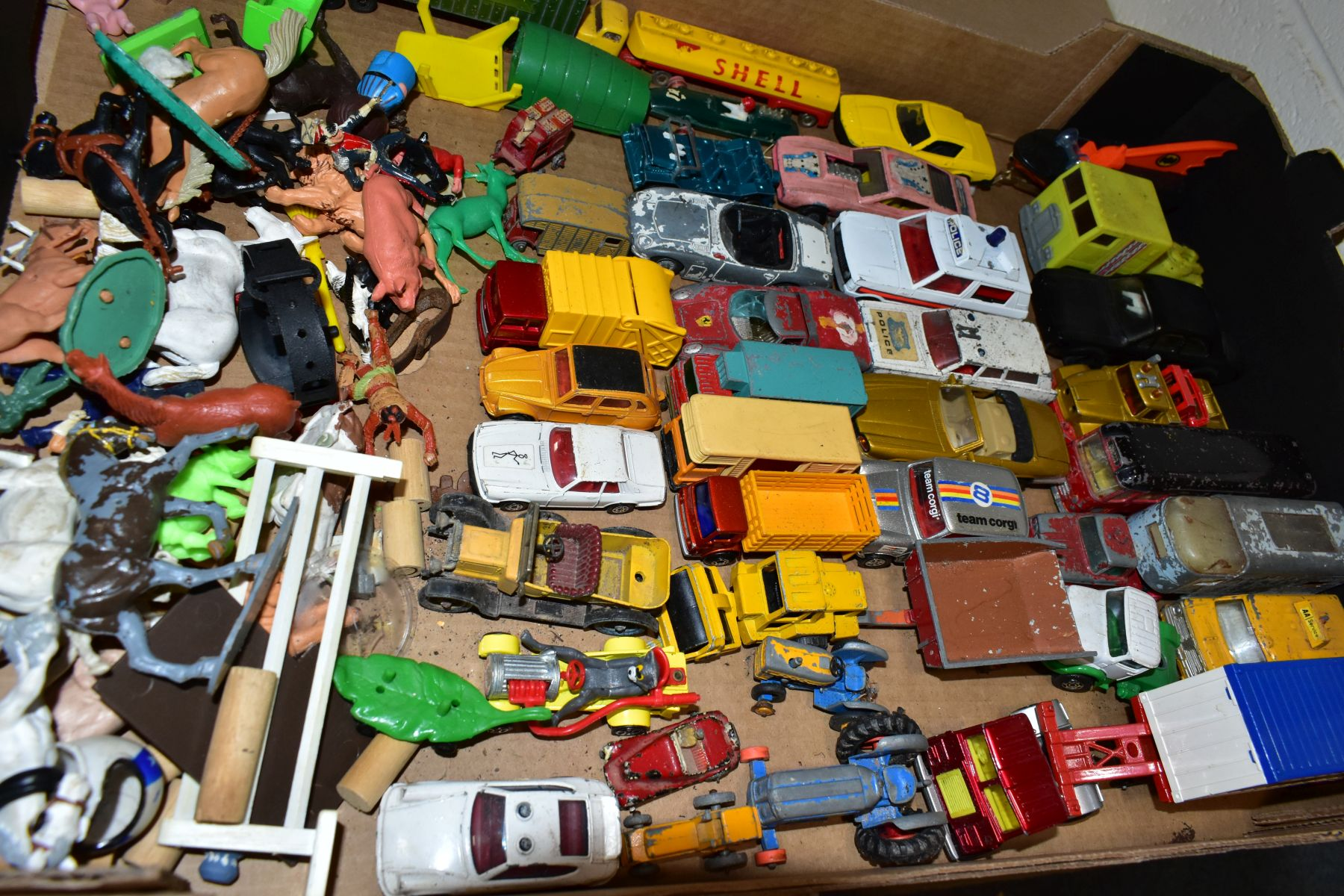A QUANTITY OF UNBOXED AND ASSORTED PLAYWORN DIECAST VEHICLES AND PLASTIC figures, to include - Image 3 of 5