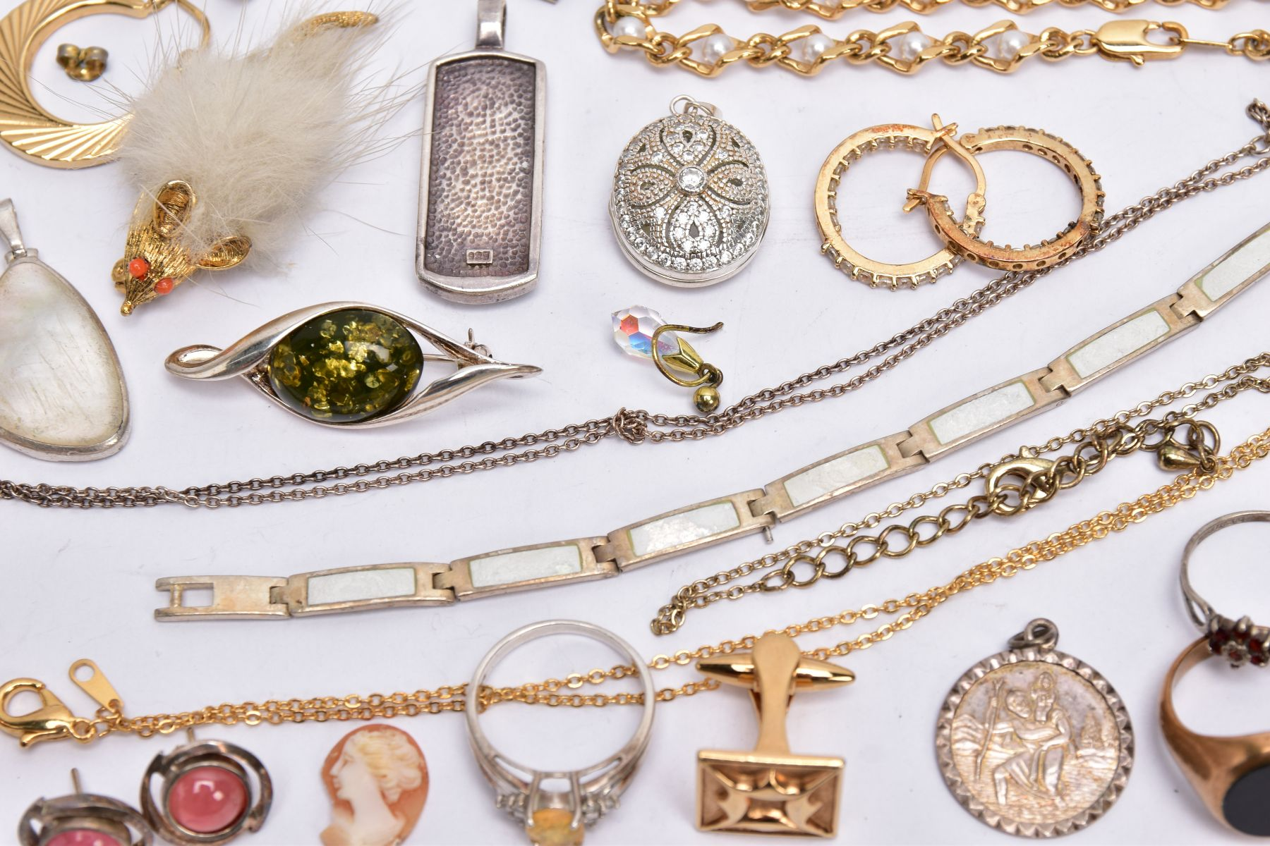 A BAG OF ASSORTED JEWELLERY, to include a 9ct white gold textured band, hallmarked 9ct gold - Image 6 of 9