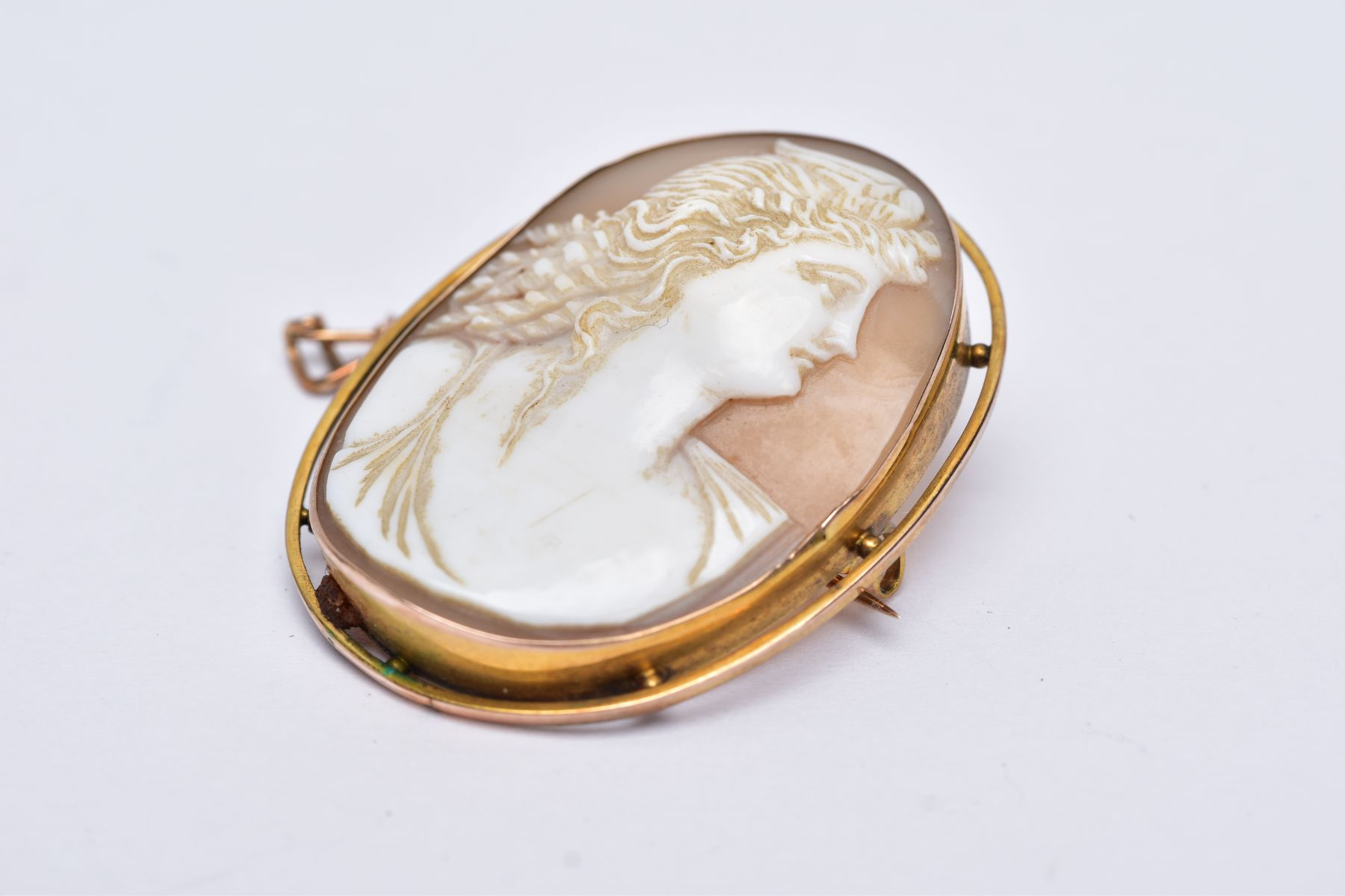 A GOLD CAMEO BROOCH, depicting a maiden in profile, measuring approximately 42mm x 33mm, stamped ' - Image 4 of 4