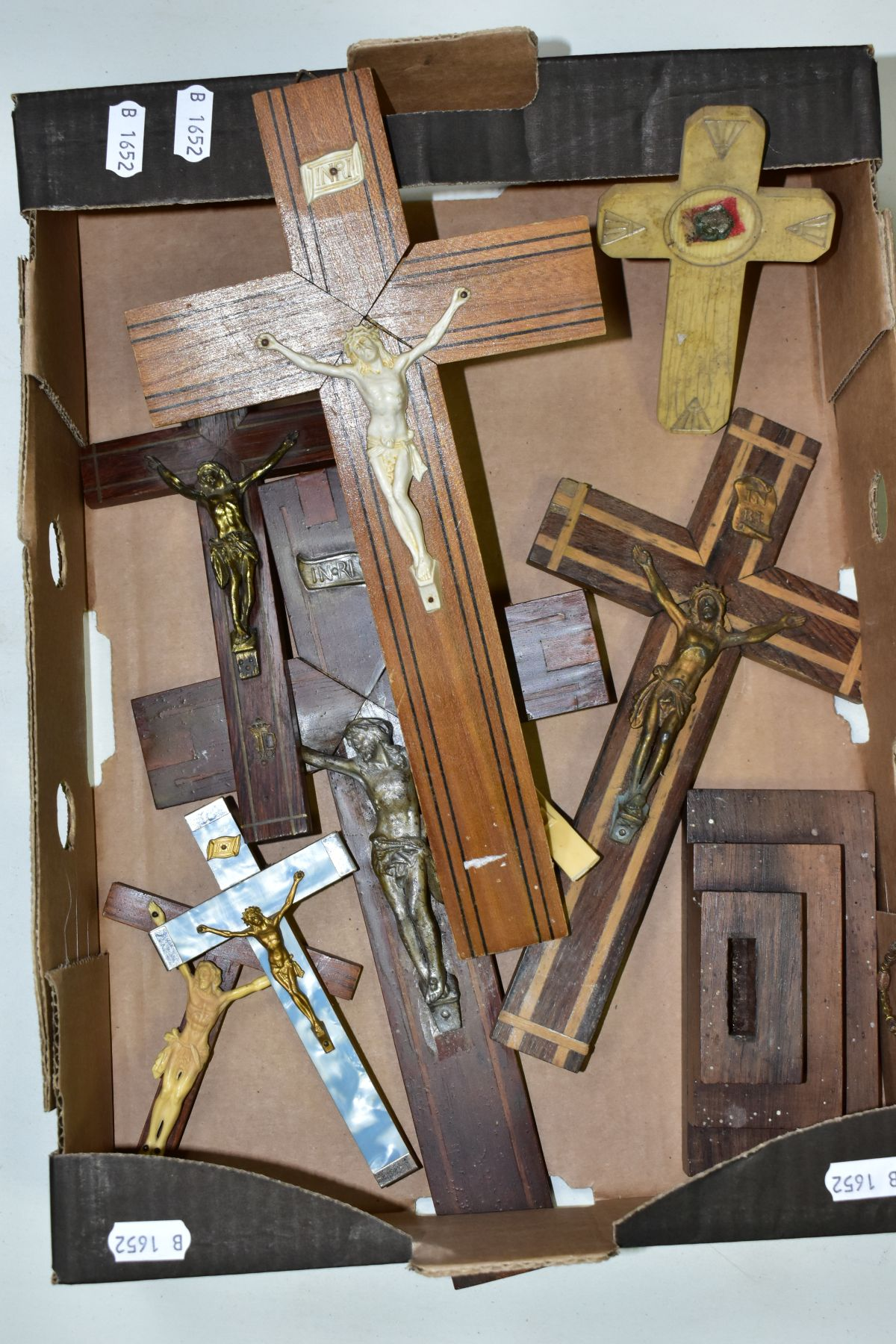 A BOX OF VARIOUS CRUCIFIXES, some metal, mostly resin, mostly wall hangings, tallest height 36cm, - Image 4 of 5