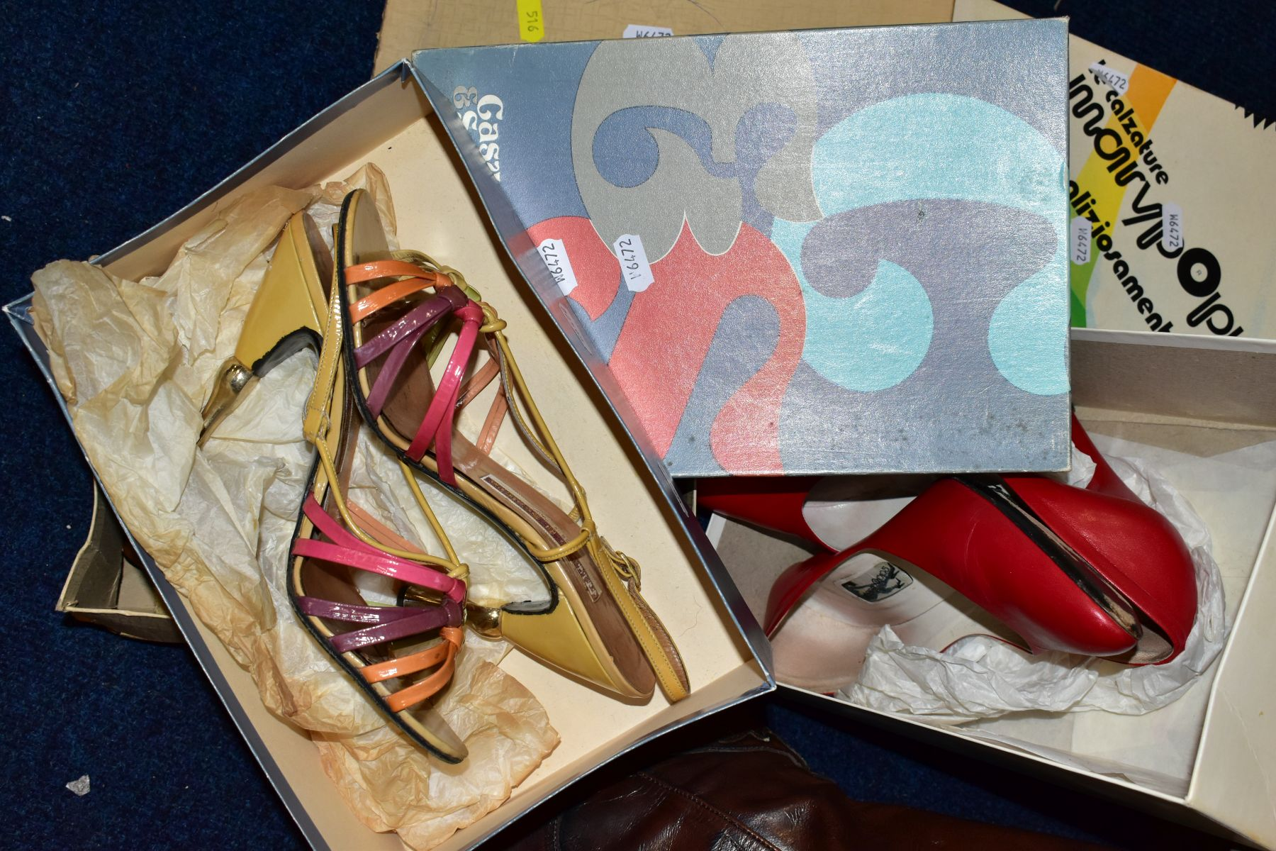 A QUANTITY OF LADIES SHOES AND HANDBAGS, EVENING BAGS, BOXED AND LOOSE, including a boxed pair of - Image 6 of 7