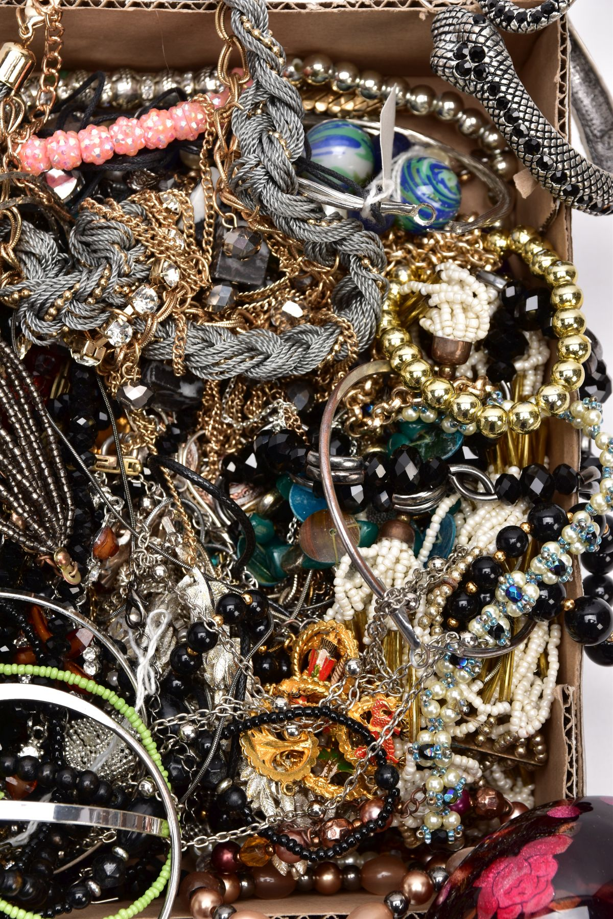 A TRAY OF ASSORTED COSTUME JEWELLERY, to include yellow and white metal necklaces of various - Image 2 of 4