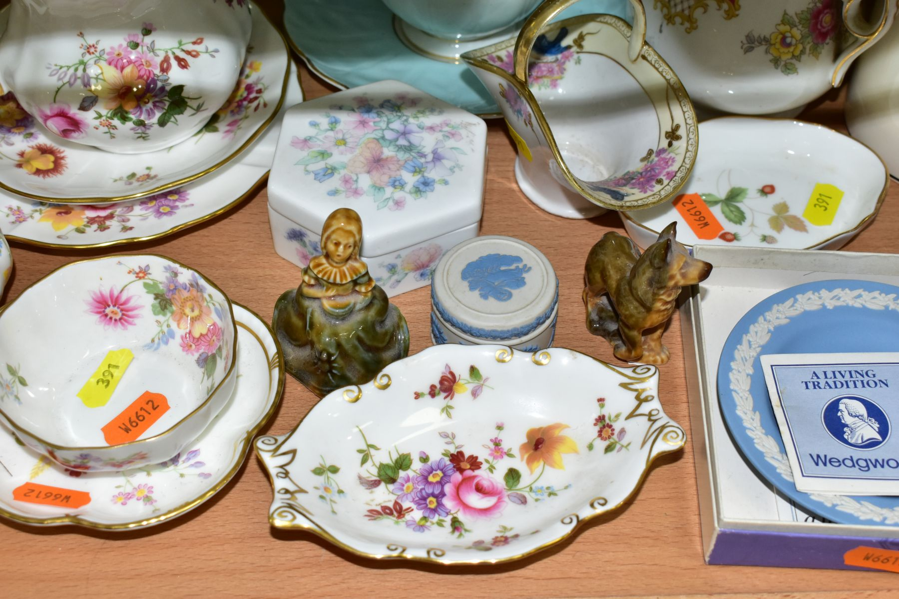 A GROUP OF ASSORTED WEDGWOOD, ROYAL CROWN DERBY, AYNSLEY, WADE, ETC, to include a Wedgwood 'The - Image 4 of 10
