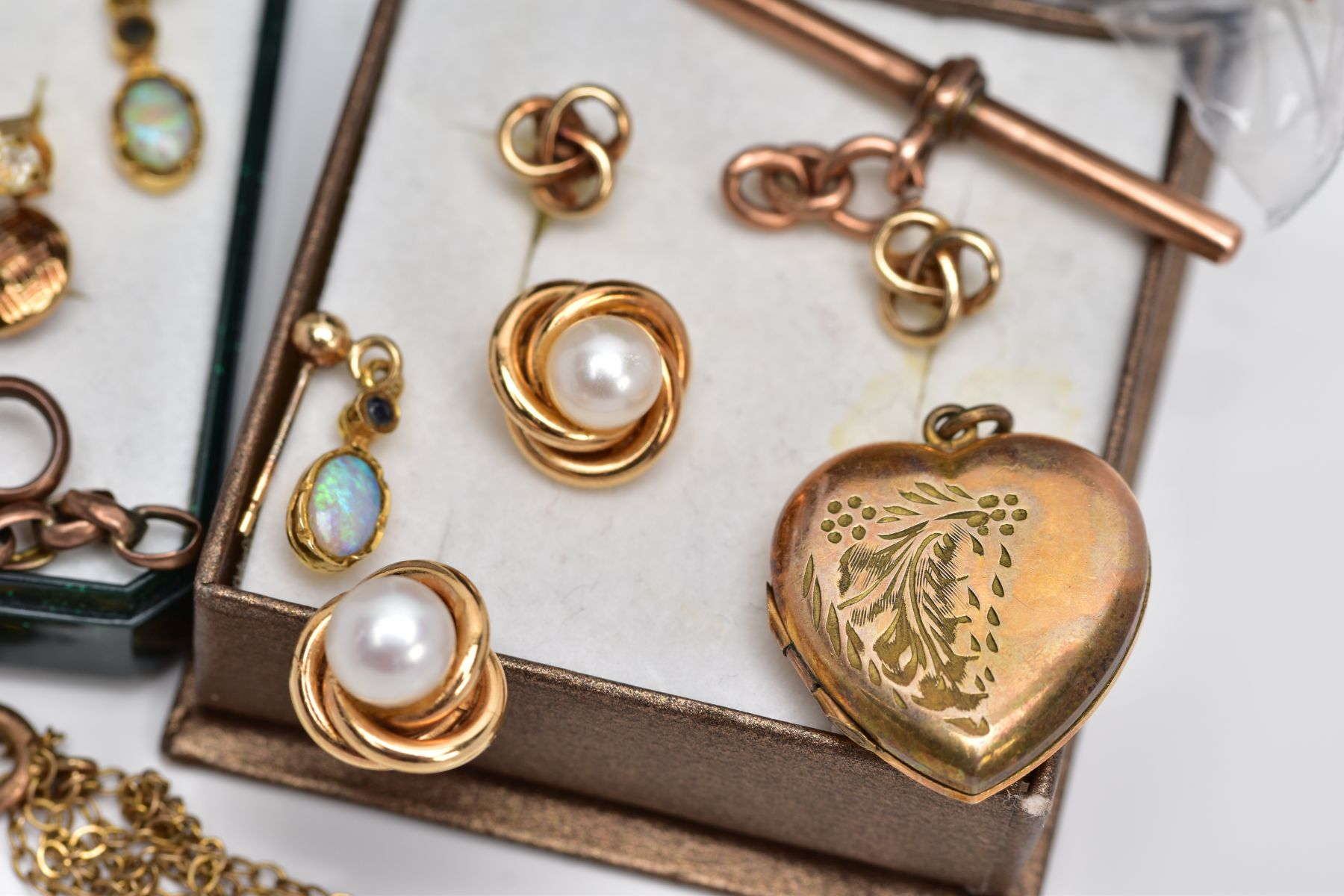 A BAG OF ASSORTED 9CT GOLD AND YELLOW METAL JEWELLERY PIECES, to include a pair of 9ct gold cultured - Image 3 of 6