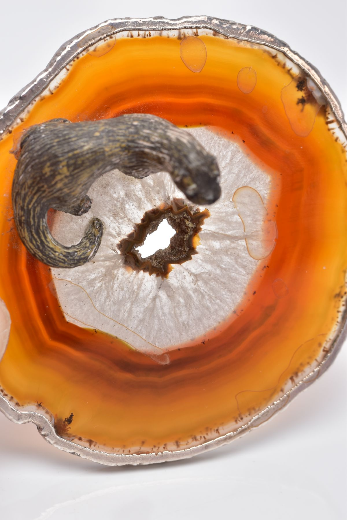 A WHITE METAL OTTER ON AN AGATE AND SILVER MOUNTED BASE, textured figure of an otter fixed onto a - Image 6 of 8