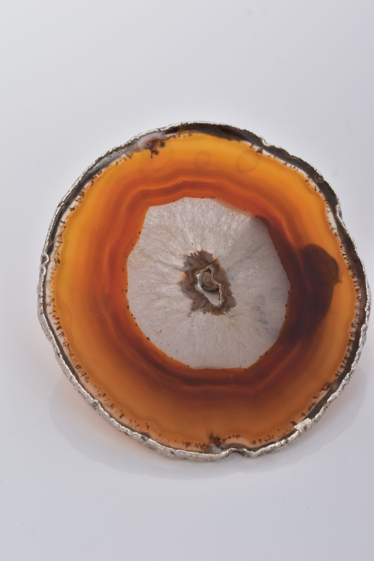 A WHITE METAL OTTER ON AN AGATE AND SILVER MOUNTED BASE, textured figure of an otter fixed onto a - Image 5 of 8