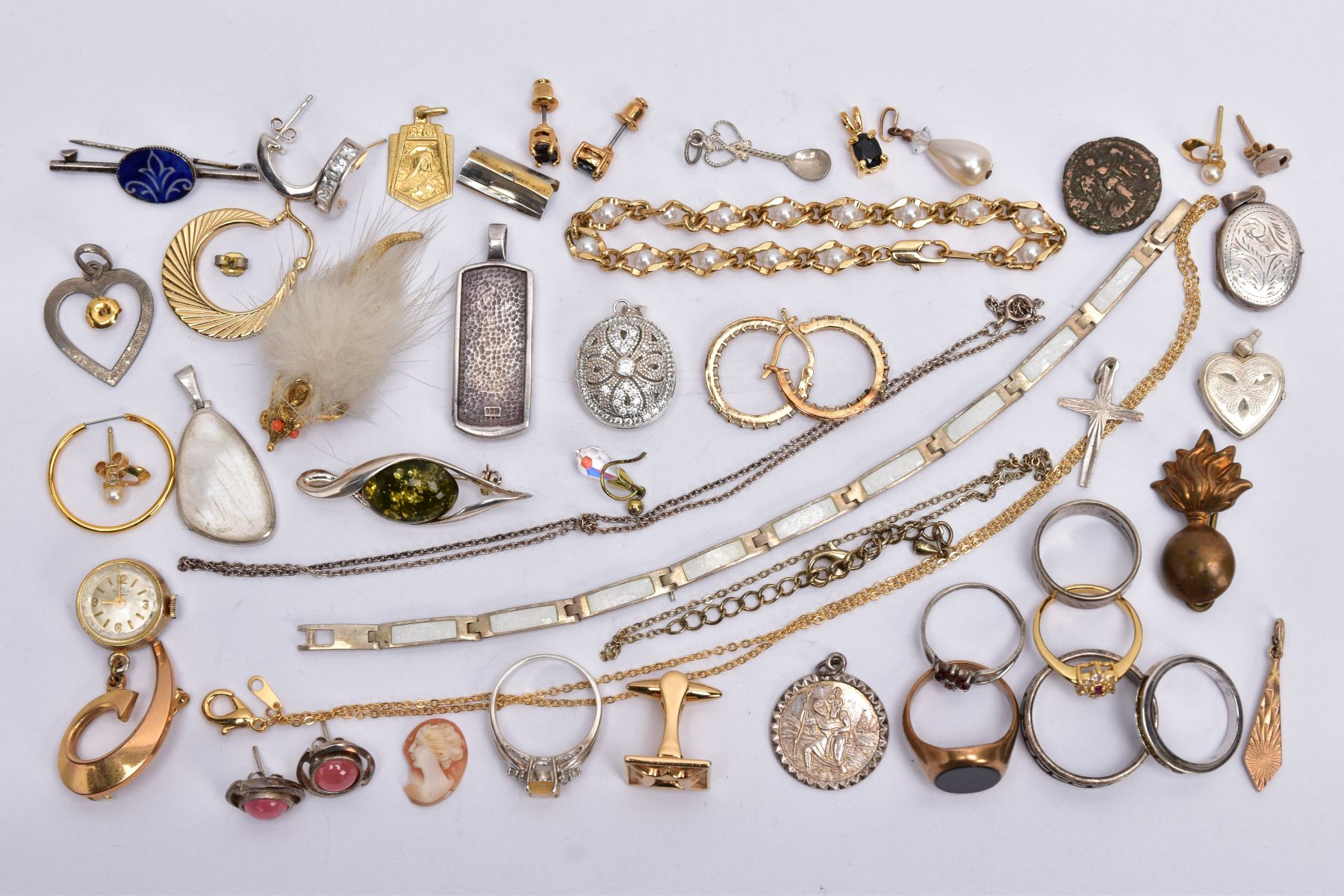 A BAG OF ASSORTED JEWELLERY, to include a 9ct white gold textured band, hallmarked 9ct gold