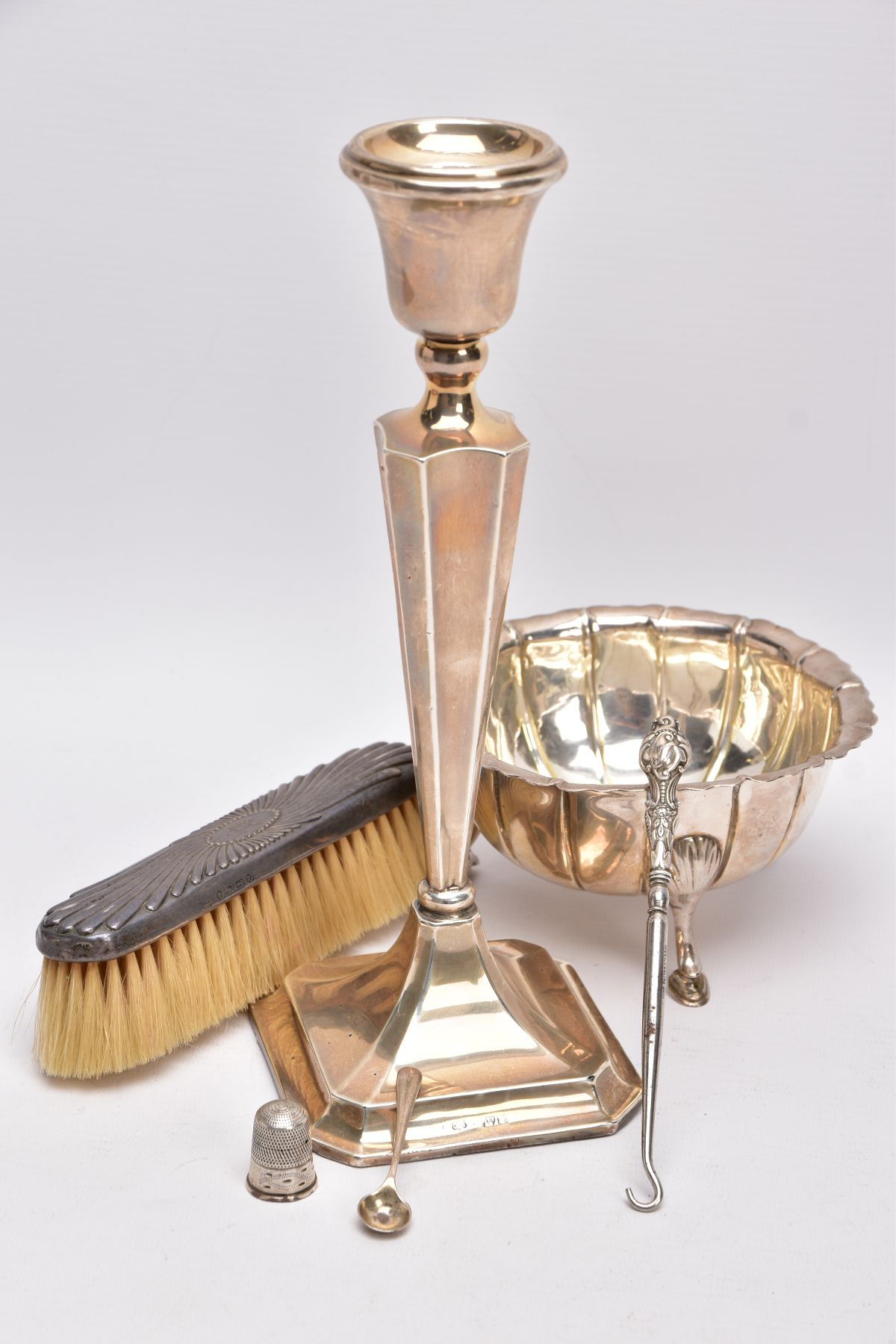 A SELECTION OF SILVER AND WHITE METAL ITEMS, to include a silver, tapered column candlestick on a - Image 3 of 4