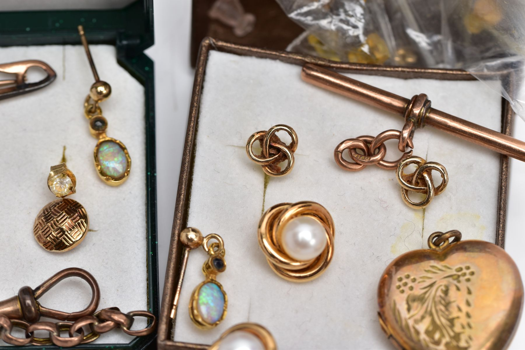 A BAG OF ASSORTED 9CT GOLD AND YELLOW METAL JEWELLERY PIECES, to include a pair of 9ct gold cultured - Image 5 of 6
