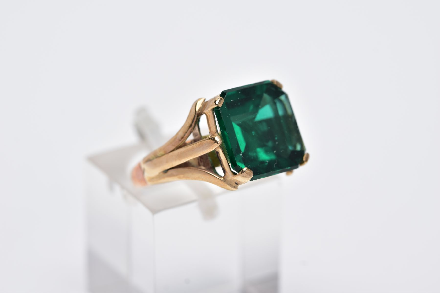 AN EARLY 20TH CENTURY 9CT GOLD SINGLE STONE GREEN PASTE RING, paste stone measuring approximately - Image 4 of 5