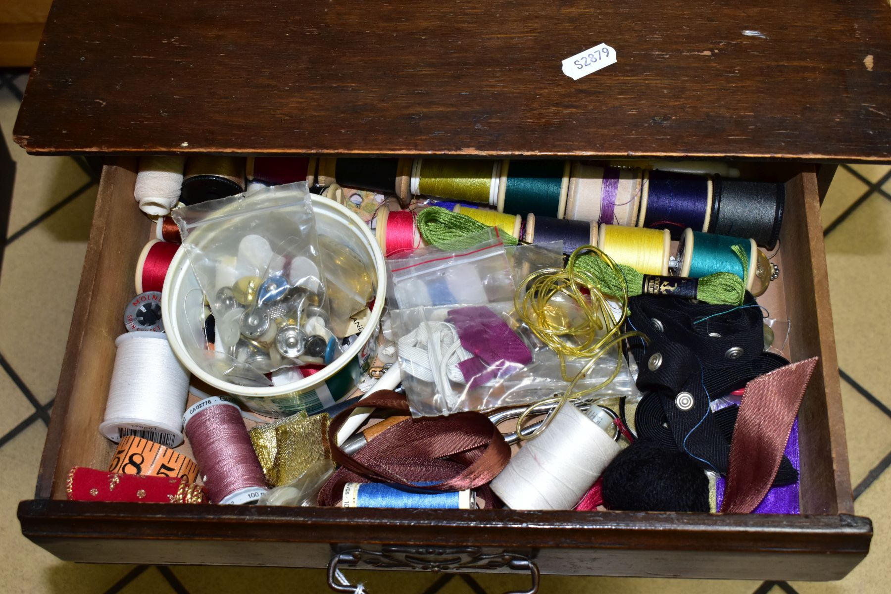 A SMALL EDWARDIAN WALNUT STAINED CHEST OF FOUR DRAWERS CONTAINING NEEDLEWORK EQUIPMENT, etc, - Image 2 of 5