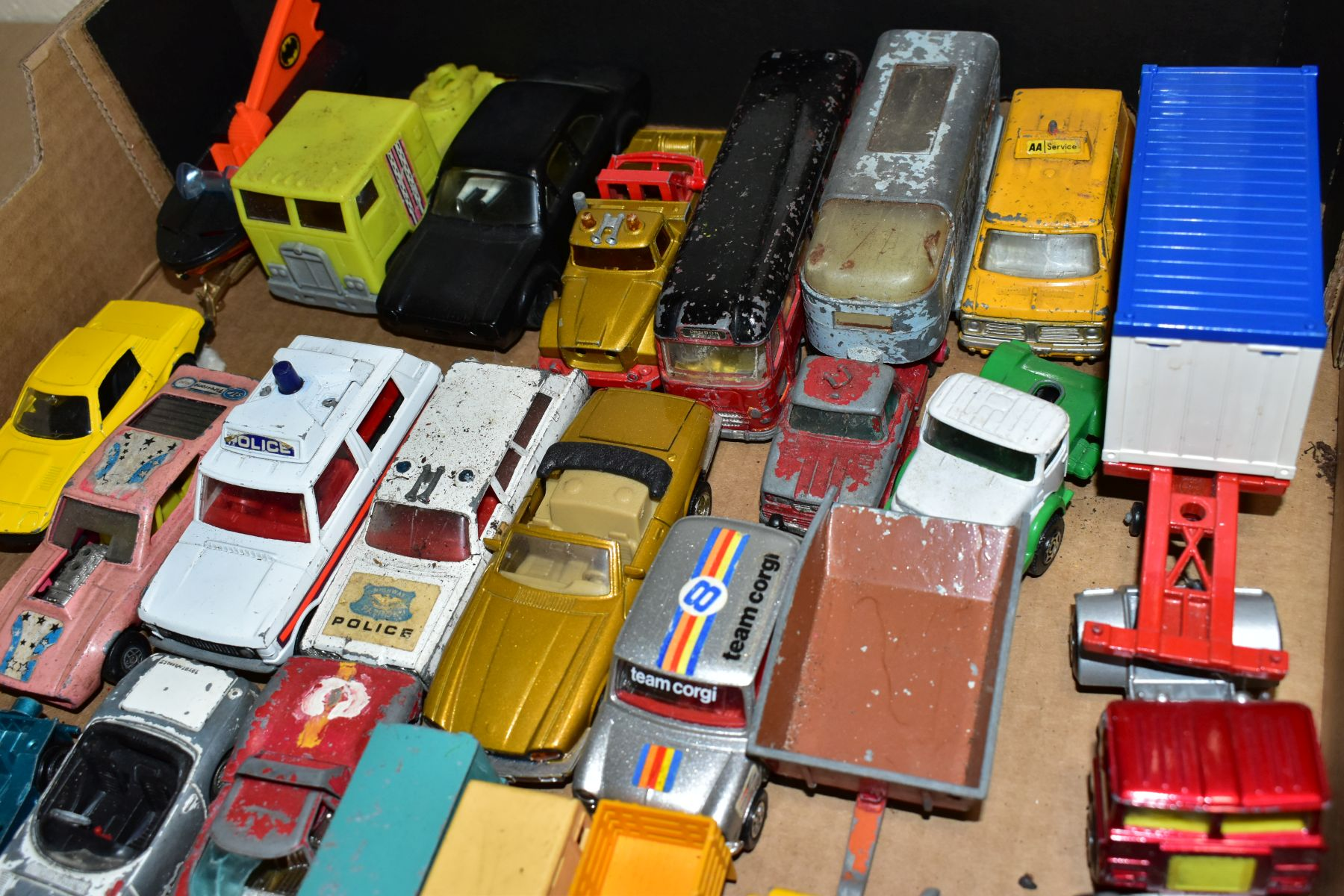 A QUANTITY OF UNBOXED AND ASSORTED PLAYWORN DIECAST VEHICLES AND PLASTIC figures, to include - Image 4 of 5