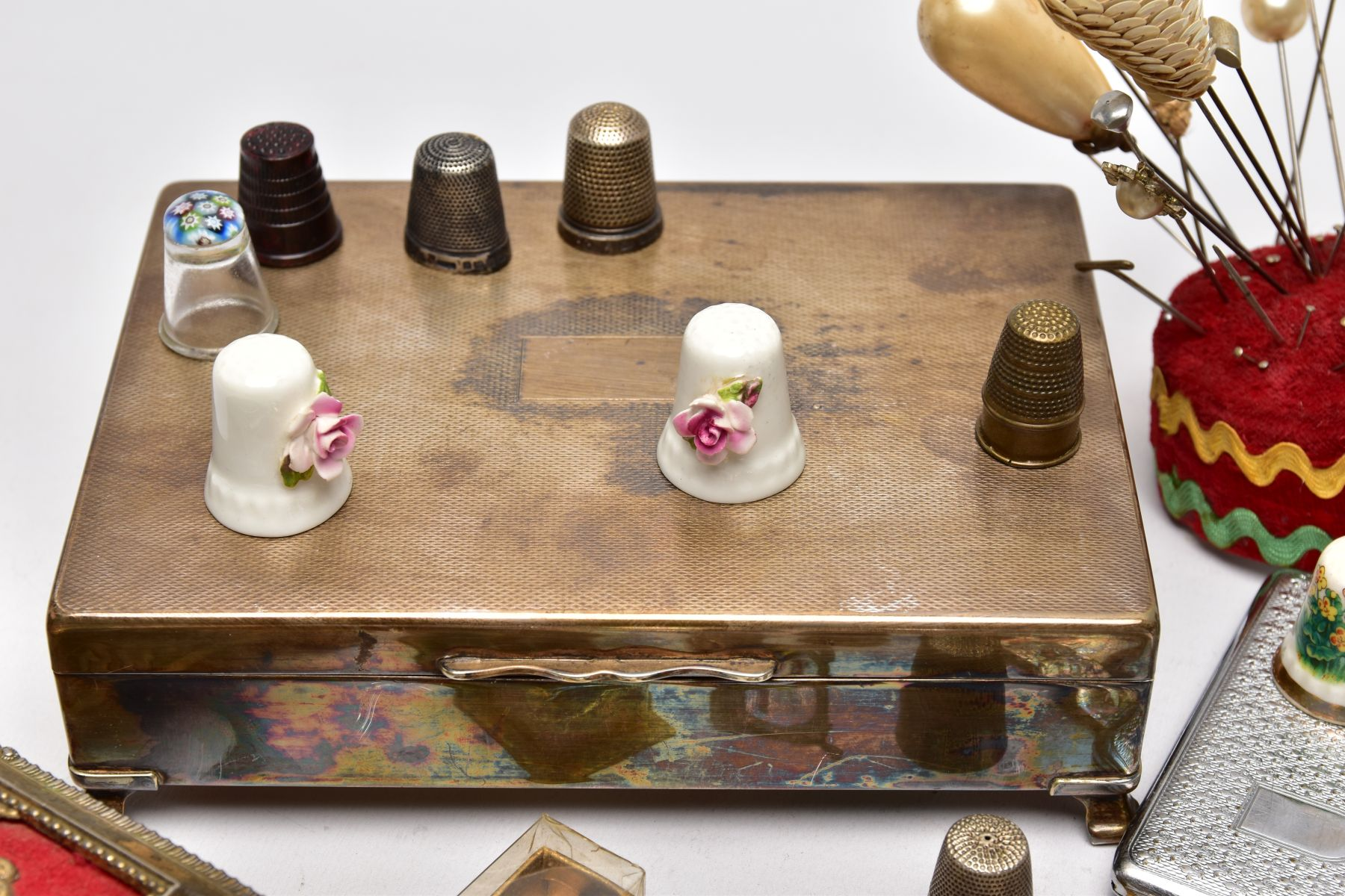 A BOX OF ASSORTED ITEMS, to include two silver thimbles, each with hallmarks for Birmingham, a - Image 6 of 9