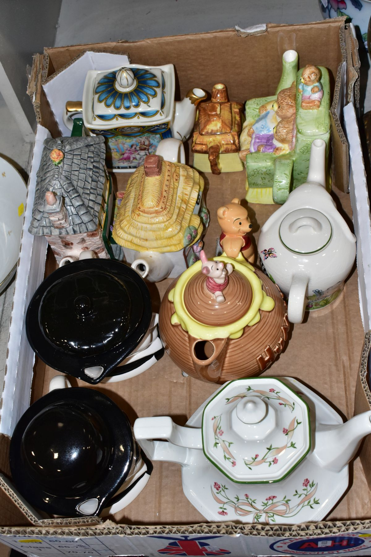 TWO BOXES AND LOOSE OF CERAMICS, GLASS AND METALWARE, including a Chinese Famille rose bowl,(chip - Image 4 of 13