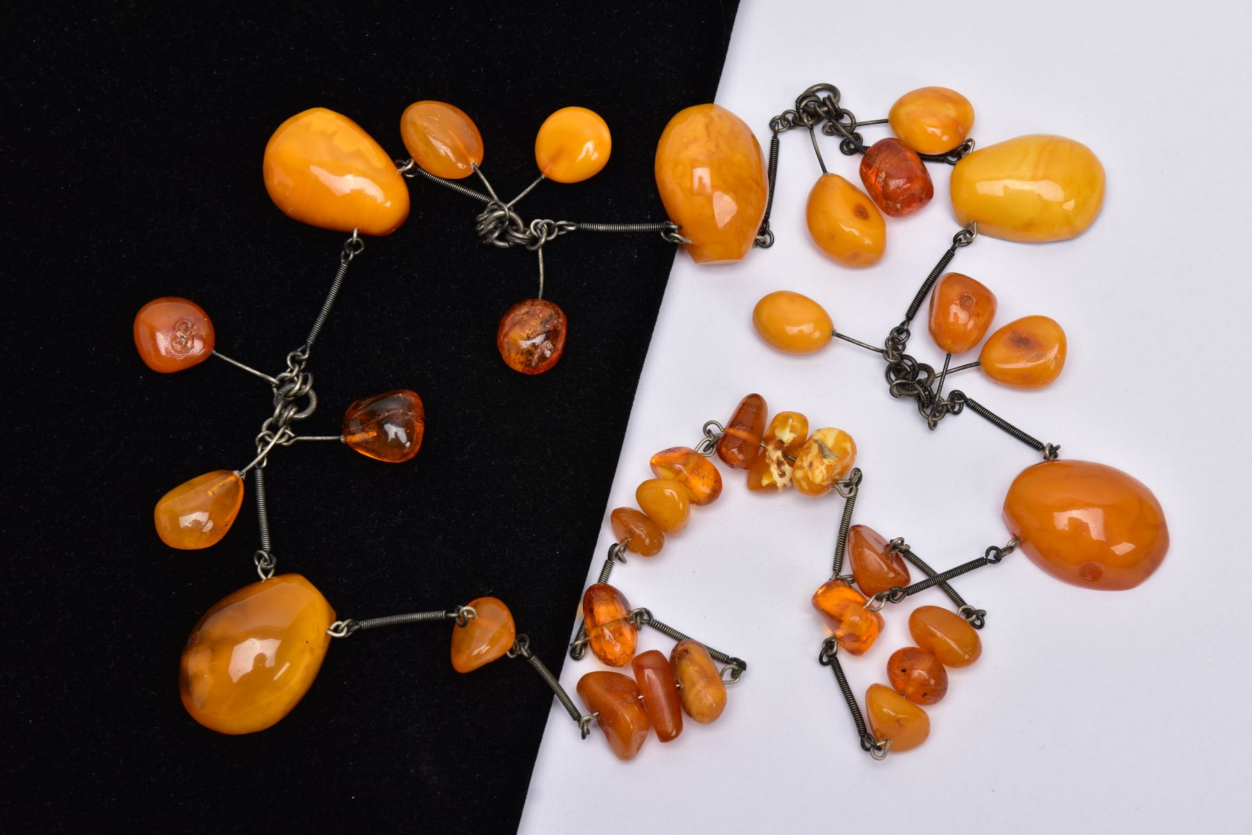 AN AMBER NECKLACE, designed with a mixture of transparent and butterscotch coloured amber in various - Image 4 of 4