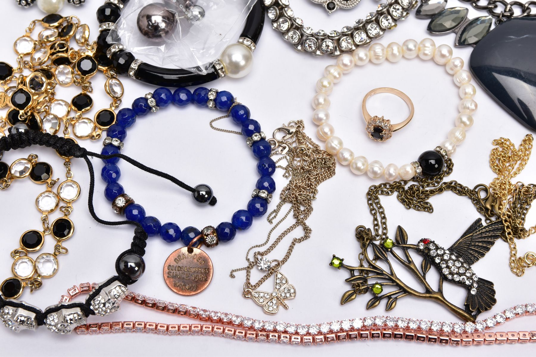 A BAG OF ASSORTED COSTUME JEWELLERY, to include a rose gold tone necklet set with cubic zirconia - Image 5 of 5
