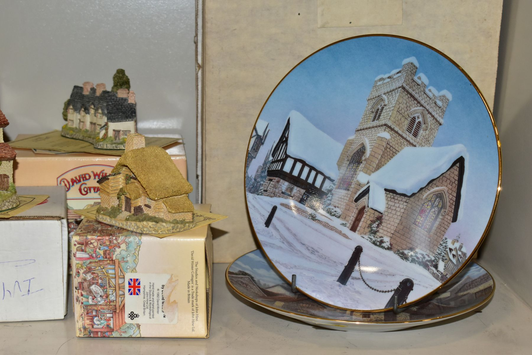 EIGHTEEN DAVID WINTER SCULPTURES AND TWO BOXED CABINET PLATES, mostly boxed and deeds except where - Image 2 of 12