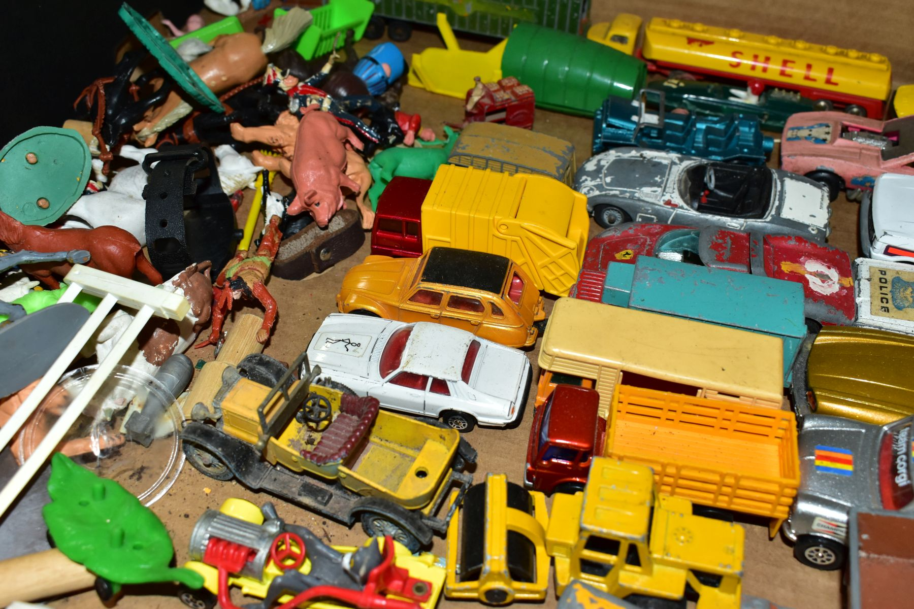 A QUANTITY OF UNBOXED AND ASSORTED PLAYWORN DIECAST VEHICLES AND PLASTIC figures, to include - Image 5 of 5