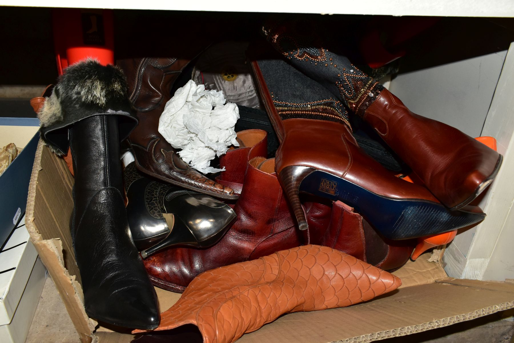 A QUANTITY OF LADIES SHOES AND HANDBAGS, EVENING BAGS, BOXED AND LOOSE, including a boxed pair of - Image 2 of 7