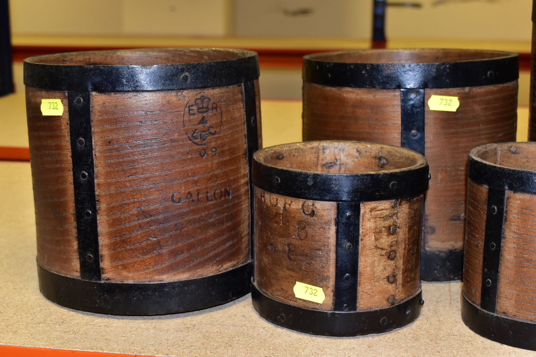 SIX BENTWOOD CORN MEASURES WITH IRON BANDING, sizes are half bushell, peck, gallon (x2) and quart ( - Image 4 of 6