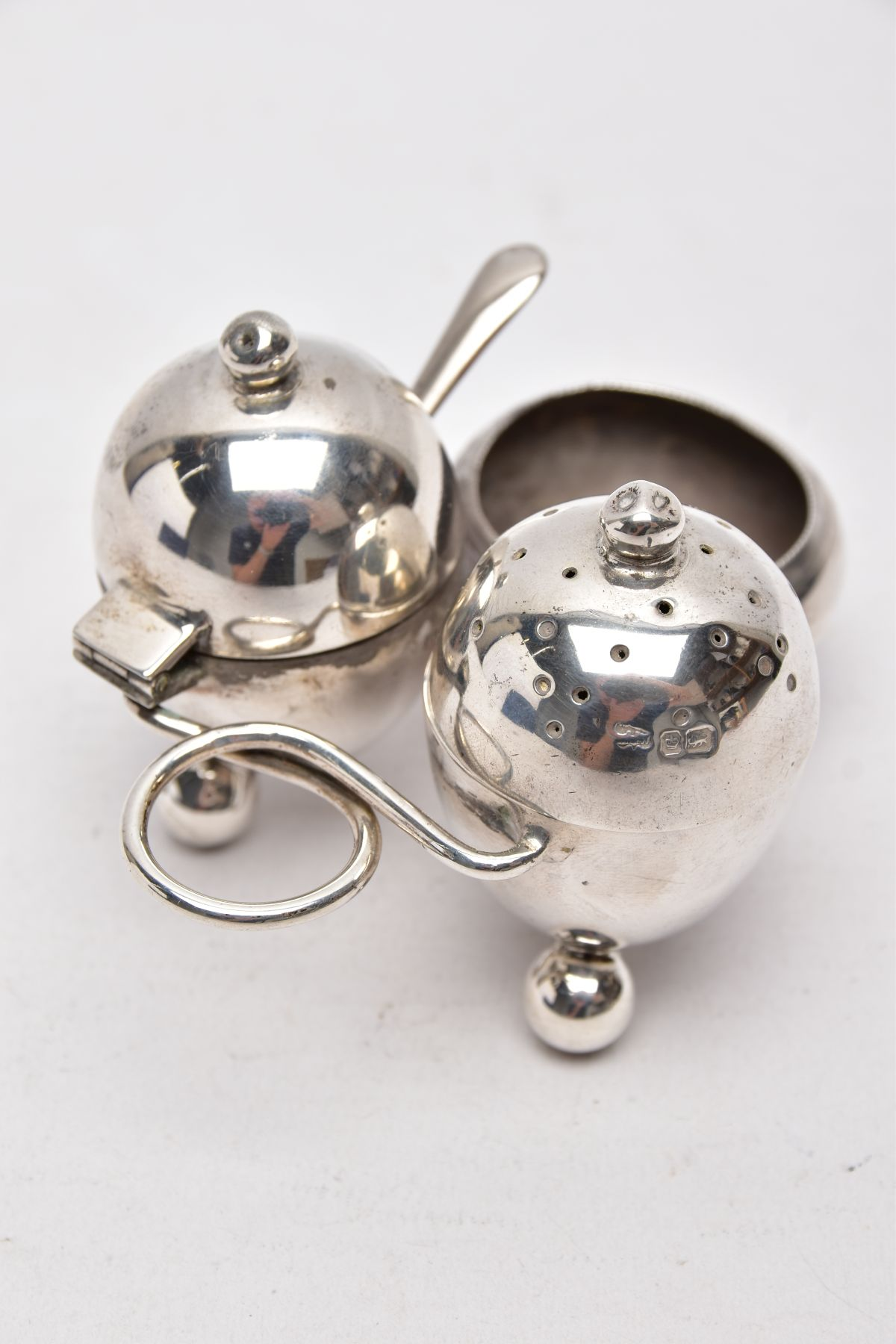 AN EARLY 20TH CENTURY 'MAPPIN & WEBB' CRUET SET, a three piece set with integral strand,
