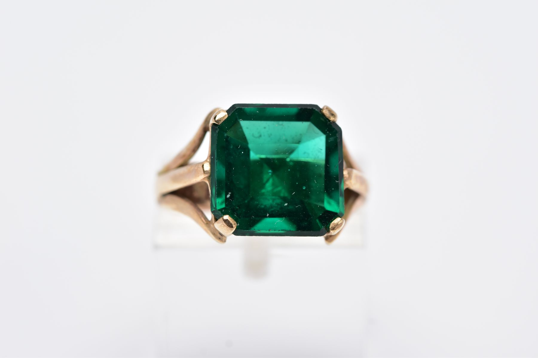AN EARLY 20TH CENTURY 9CT GOLD SINGLE STONE GREEN PASTE RING, paste stone measuring approximately - Image 5 of 5